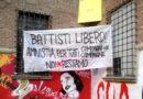 striscione battisti libero e amnistia per tutti