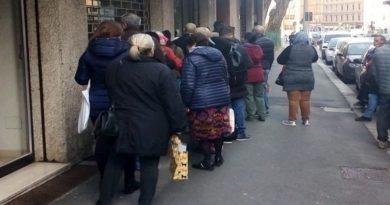 Coda per il reddito di cittadinanza a Bologna