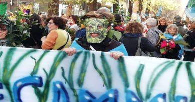 Manifestazione Prati di Caprara ed ex Cierrebi ieri a Bologna vestiti da alberi