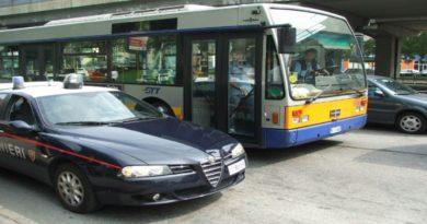 Bologna, provano a giocarsi il portafoglio rubato: tre arresti