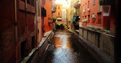 Luci notturne sul canale sotto Bologna