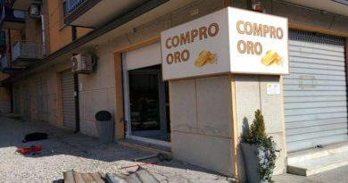 """Stop a """"Compro oro"""", negozi alimentari e money trasfer nel centro di Bologna"""