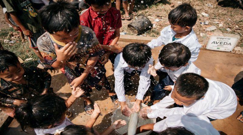 Una bottiglia d'acqua per investire nella costruzione di pozzi