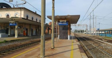 Cede terreno che sorregge i binari sulla linea Bologna-Prato,