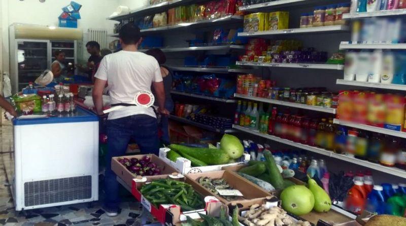 Alimenti mal conservati e con insetti, multato un negozio di un bengalese