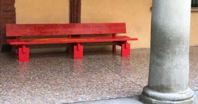 Alma Mater lo ricorda con una panchina rossa